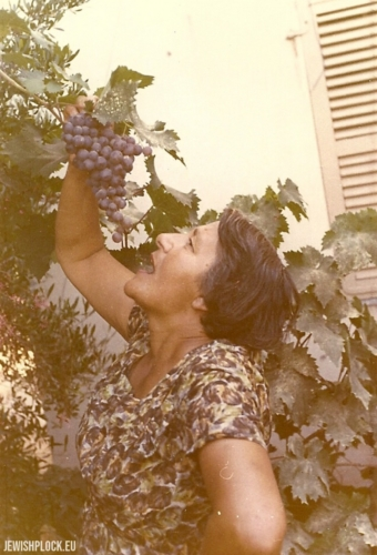 Ryfka (daughter of Mortka Koryto) with a bunch of grapes from her garden