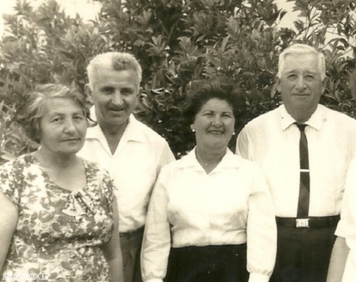 (Od lewej do prawej) W ogrodzie Ryfki (córki Mortki Koryto) i jej męża Shmuela, razem z ciotką Etką (z domu Koryto) i jej mężem Edwardem (ze Stanów Zjednoczonych), Izrael, 1963 rok.