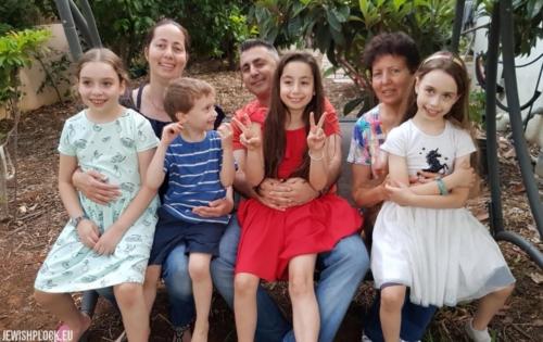 Pnina, wnuczka Mortki Koryto (i córka Ryfki), jej córka Miri z mężem Israelem oraz wnukami Pniny – (od lewej do prawej) Tammar, Errezem, Rottem i Haddas