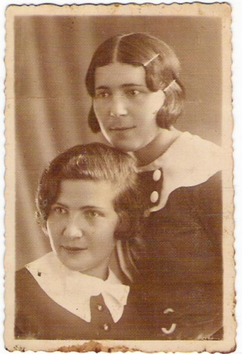Rosa Fajga (stoi) i Chaja Sura (siedzi)
