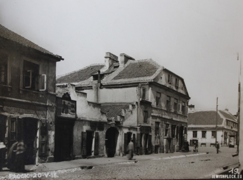Fragment of Bielska Street in Płock. Visible tenement house on the corner of Bielska and Szeroka (Kwiatka), where Natan Korzeń and Fiszel Zylberberg lived with their families, photo by Juliusz Kłos, 1918 (collection of the Płock Scientific Society, reference number 363)