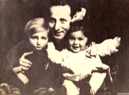 Kuba Guterman z kuzynką i ojcem Symchą, l. 30. XX wieku