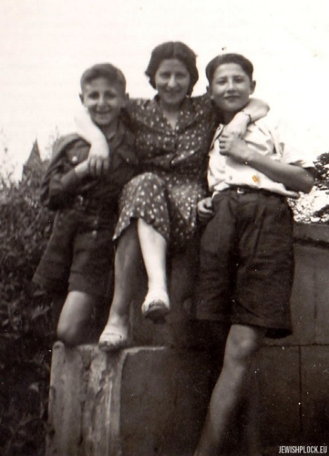 Kuba Guterman z ciocią Sarą (siostrą Symchy Gutermana) i kuzynem Ludwikiem Kowalskim (synem Heli (Haliny) z Gutermanów) na Tumach w Płocku, l. 40. XX wieku
