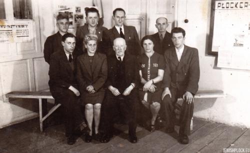 Komitet Żydowski w Płocku. Stoją (od lewej): Szyja Buch, Jerzy Margulin, Moniek Eisenberg, Izrael Nachmanowicz, siedzą (od lewej): Dawid Lichtensztajn, Janina Kenigsberg, Alfred Blay, Ewa Guterman, przed 1950 rokiem