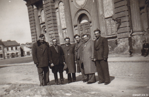 In front of the Great Synagogue building in Płock (second from the left - Pesach [Paweł] Grzebień, third - Szlomo Chaim Grzebień), before 1950