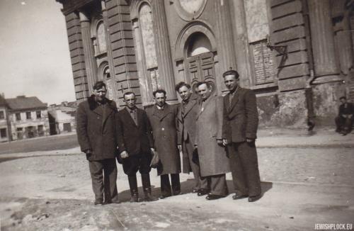 Przed budynkiem Wielkiej Synagogi w Płocku (drugi z lewej – Pesach (Paweł) Grzebień, trzeci - Szlomo Chaim Grzebień), przed 1950 rokiem