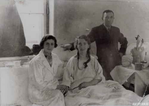 Ewa Guterman z siostrą Czarną i jej mężem Joskiem Jesionem w szpitalu w Warszawie, po 1927 roku