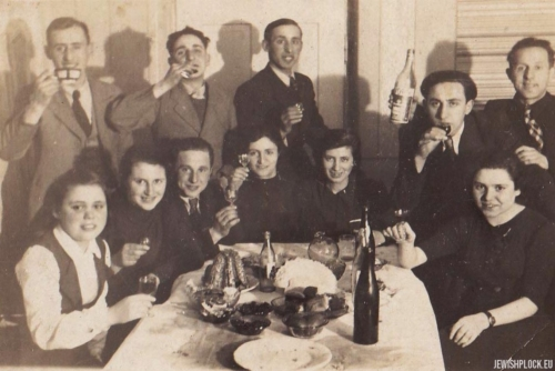 Ewa and Symcha Guterman in the company of friends, Płock, 1930s
