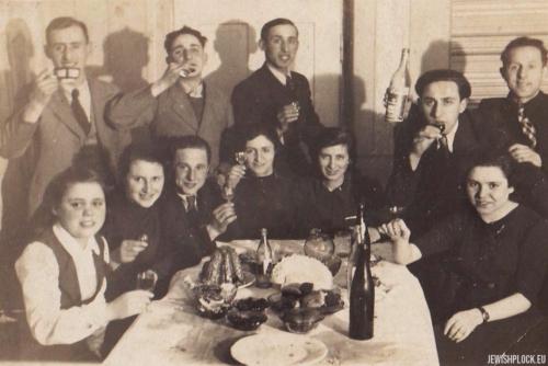Ewa i Symcha Gutermanowie w towarzystwie przyjaciół, Płock, l. 30. XX wieku