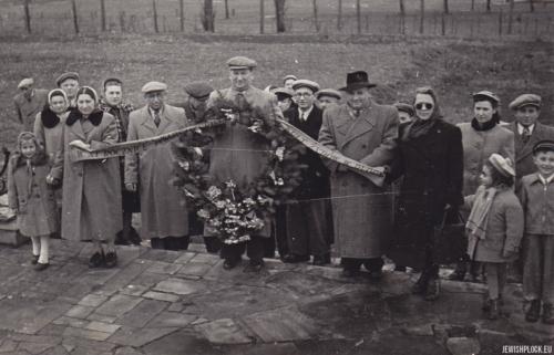 Uroczystość na cmentarzu żydowskim w Płocku przy ulicy Mickiewicza, po 1949 roku (fotografia ze zbiorów prywatnych Jakuba Gutermana)
