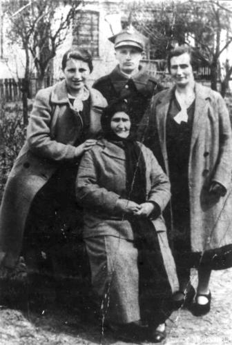 Lodka Chuczer, Icek Chuczer, Małka Grosman i Szajna Fuks z domu Alterowicz, l. 30. XX wieku