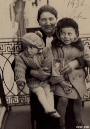 Kuba Guterman na balkonie rodziny Kowalskich z Zysą Kajlą Kowalską i jej wnukiem, 1936 rok