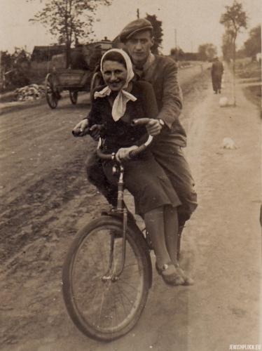 Lodka Chuczer na rowerze z kolegą imieniem Heniek, 1939 rok