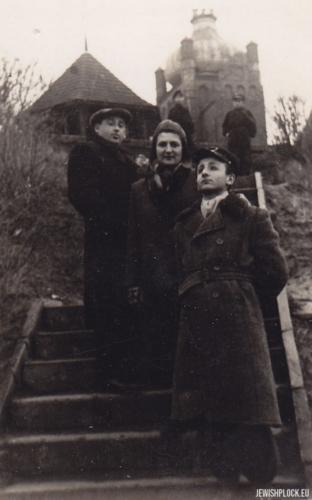 Kuba Guterman z matką Ewą i Szlomo Chaimem Grzebieniem na Tumach w Płocku, 1950 rok