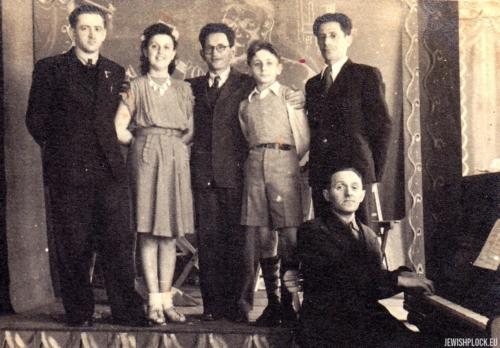 Amatorska grupa teatralna: od lewej: Jerzy Margulin, Ida Papierczyk, Abram Papierczyk, Kuba Guterman, l. 40. XX wieku