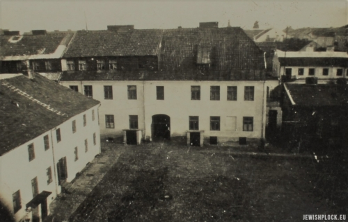 Podwórze nieruchomości przy ulicy Kwiatka 1, lata 30. XX wieku (fotografia ze zbiorów prywatnych Łukasza Wiśniewskiego)
