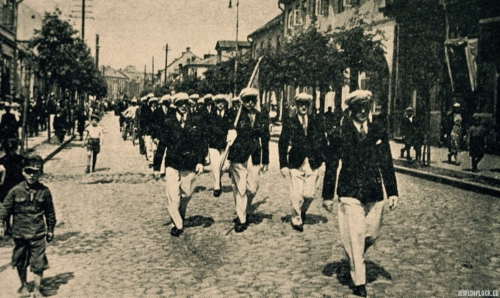 "Makabi march on Sports Day, Płock, 1934 (source: Yizkor Book, Plotzk - A History of an Ancient Jewish Community in Poland, published by Eliyahu Eisenberg, ""Hamenora"" Publishing House, Tel Aviv 1967)"