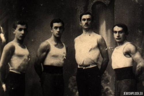 Członkowie drużyny Makabi. Od lewej: Izaak Penson, Wilhelm Marienstras (brat Matiasa), Sobelman i Płońskier, Płock 1915 rok