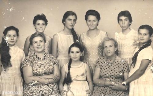 Klasa muzyczna Kazimiery Marienstras (siedzi pierwsza z lewej) w Haderze