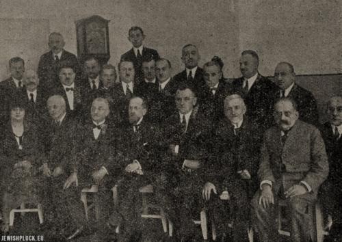 Członkowie Rady i Gminy Żydowskiej w Płocku podczas uroczystości ponownego otwarcia szpitala żydowskiego, 1926 rok (fot. Samuel Józef Ostrower)