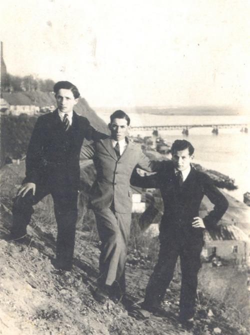 Mordka Nelkin (first from the left) in the company of friends, 1934