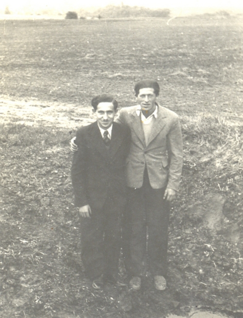 Mordka Nelkin (on the left) in the company of a friend, October 18, 1937