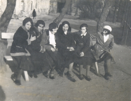 Anna Nelkin (first from the left) with her friends (Chaja Rechtman is sitting next to Anna), April 11, 1933