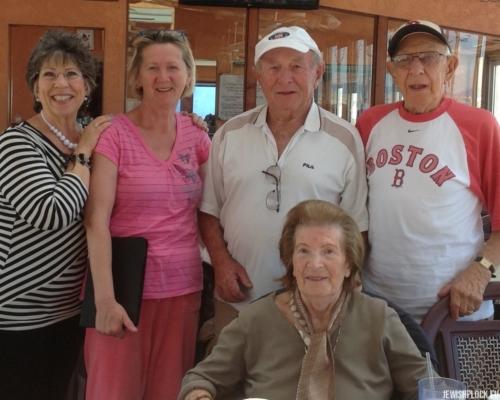Jack (Icek) Nierób w towarzystwie Sama Brygarta, Rity Brygart, Sandry Brygart Rodriguez oraz swojej opiekunki Kathy