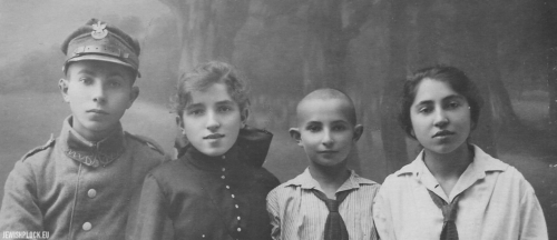 The Perelgryc siblings: Lejbusz Eliasz, Miriam Ryfka, Motel and Chana Rachela, Płock, 1920s