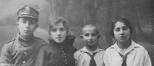 Rodzeństwo Perelgryc: Lejbusz Eliasz, Miriam Ryfka, Motel i Chana Rachela, Płock, lata 20. XX wieku