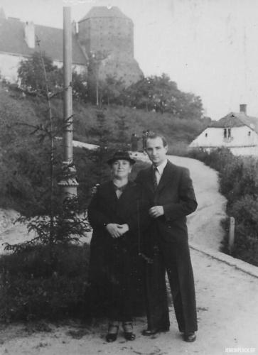 Hinda Małka Perelgryc z synem Motelem na Wzgórzu Tumskim, Płock, lata 30. XX wieku