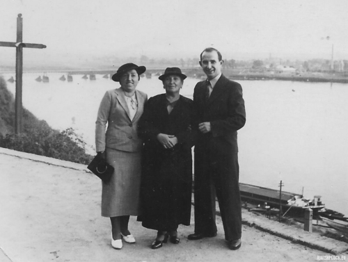 Hinda Małka Perelgryc with her daughter Chana Rachela and her son Motel, Płock, 1930s
