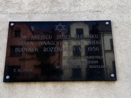 The plaque commemorating the synagogue in Płońsk located on the current building of ZUS, photo by P. Dąbrowski