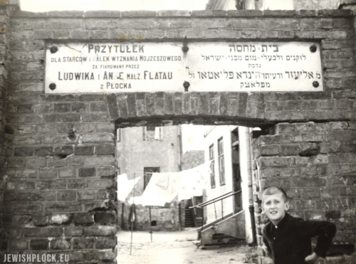 The entrance gate to the area of the Jewish Home for the Elderly and Disabled, the 1960s (photograph from the collection of the Emanuel Ringelblum Jewish Historical Institute in Warsaw, reference number ZIH-II-7143)