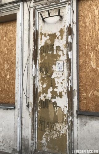 Fragmenty napisów reklamujących przedsiębiorstwo Sarnów na fasadzie kamienicy przy Sienkiewicza 48 (fot. Piotr Dąbrowski)