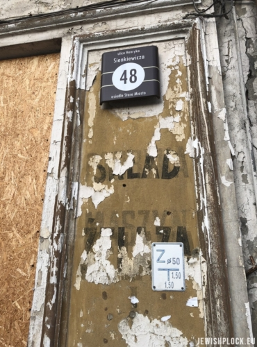 Fragments of inscriptions advertising the Sarna company on the facade of the tenement house at 48 Sienkiewicza Street (photo: Piotr Dąbrowski)