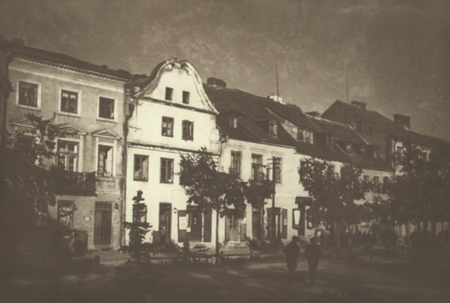 Buildings of Old Market Square in Płock, in the central part of the photo - the tenement house with number 17 (source: Polona)