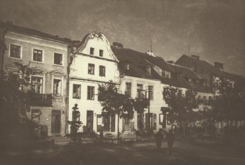 Fragment zabudowy Starego Rynku w Płocku, w centralnej części kamienica z numerem 17 (źródło: Polona)