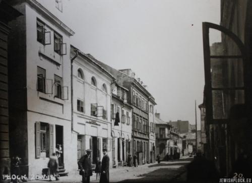 Ulica Synagogalna w Płocku, fot. Juliusz Kłos, 1918 r. (ze zbiorów Towarzystwa Naukowego Płockiego, sygn. 363)