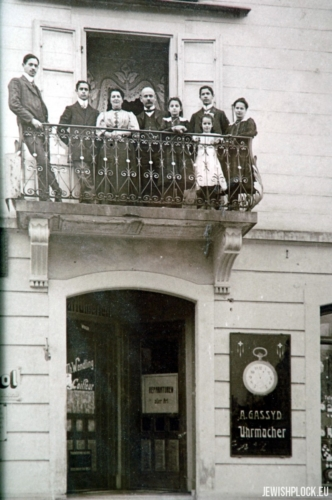 Sara Chaja (Helena) Szereszewska-Gassyt i jej mąż Abraham Hassyd (Gassyt) z dziećmi. Na parterze kamienicy ich zakład zegarmistrzowski, Zurich, ok. 1912 roku