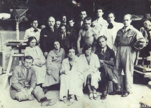 Roma Szereszewska (czwarta od lewej w pierwszym rzędzie) w pracowni prof. Konstantego Laszczki, Kraków, pocz. lat 20. XX wieku