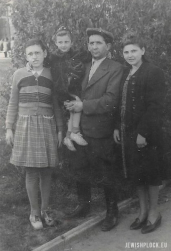 Abraham Nisson z córkami Zosią (z prawej), Chaną (na rękach ojca) i Manią w parku na Wzgórzu Tumskim w Płocku