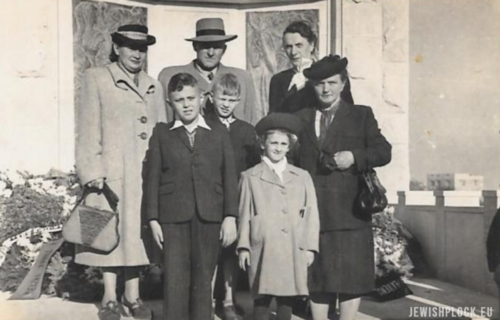 The Zylber-Nisson family against the background of the monument commemorating the victims of the Holocaust in the cemetery in Płock at Mickiewicza Street (photo from the private collection of Hedva Segal)