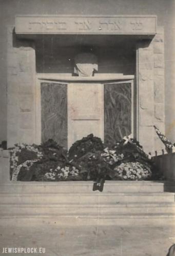 Ceremonia odsłonięcia pomnika upamiętniającego ofiary Holokaustu na cmentarzu w Płocku, wzniesionego w 1949 roku
