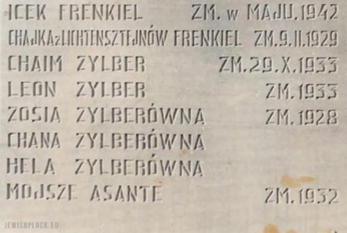 Nazwiska członków rodzin na płytach stanowiących część pomnika upamiętniającego ofiary Holokaustu