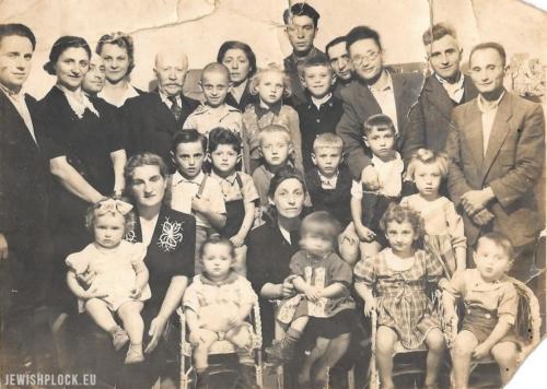 Przedszkolaki z nauczycielem (siedzącym pośrodku), Alfredem Blayem (piąty od lewej) oraz innymi członkami społeczności