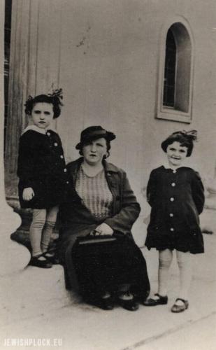 Pesia Jochewet z córkami Zosią (z prawej) i Manią (z lewej)