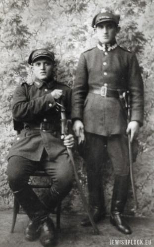 Natan Zylber (stoi) i Szymon Zylber (siedzi) w mundurach polskiej armii